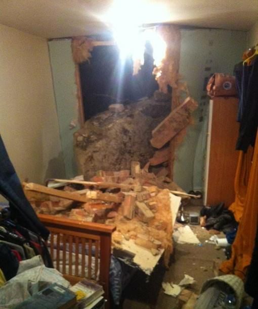 Didžiulis riedulys išgriovė namo sieną ir atsidūrė miegamajame