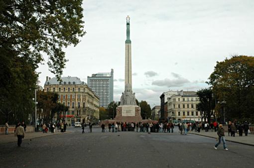 Britų turistas gavo baudą už bandymą užlipti ant Laisvės paminklo Rygoje