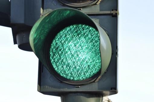 Žada naujovę keliuose – žalias šviesoforo signalas nebemirksės