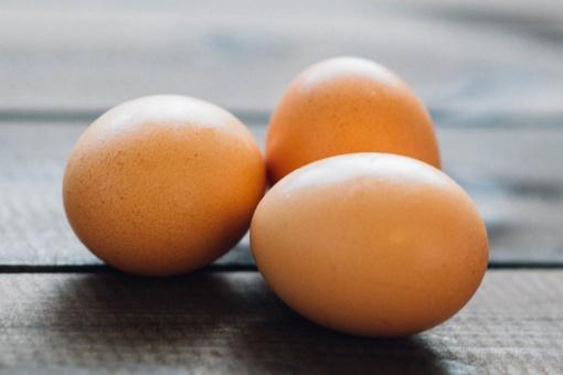 Paprastas, bet genialus triukas - kaip be jokio vargo nulupti virtą kiaušinį? (vaizdo įrašas)