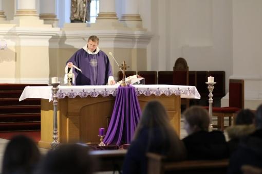 Lieporių gimnazijos bendruomenė susitelkė maldai