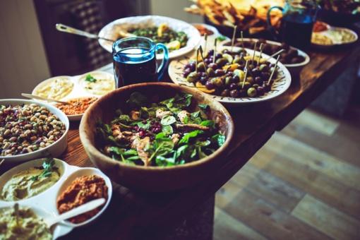 Šventinis stalas be sugedusių patiekalų ir maisto švaistymo: kaip išvengti nusivylimo ir nuostolių?