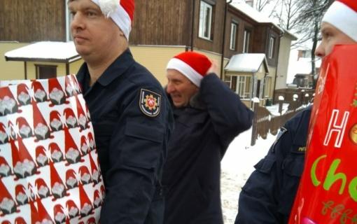 Vaikų dienos centrui – ugniagesių gelbėtojų dovanos