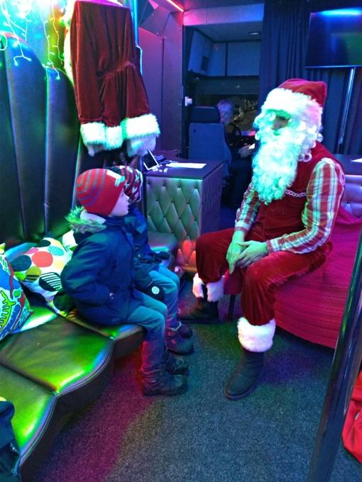 Kalėdų Senelio autobusas aplankė vaikus Radviliškyje