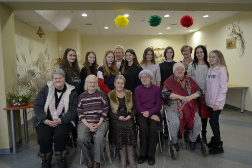 Viečiūnų progimnazijos mokinių taryba tęsia tradiciją aplankyti vienišus senolius