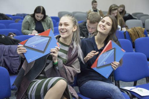 Šiaulių universitetas ištesėjo pažadą – pirmakursiams įteikti naujutėlaičiai planšetiniai kompiuteriai