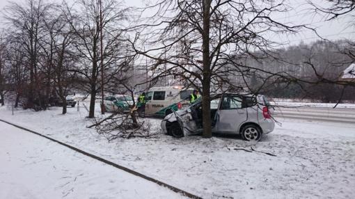 Serbentų gatvėje nuo kelio nuslydo automobilis: yra nukentėjusių (vaizdo įrašas)