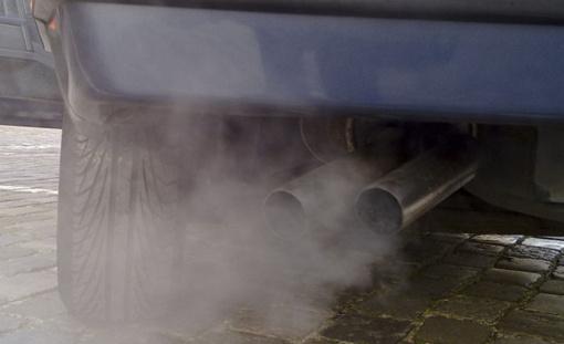 Dūmijantis automobilis: ką išduoda dūmų spalva?