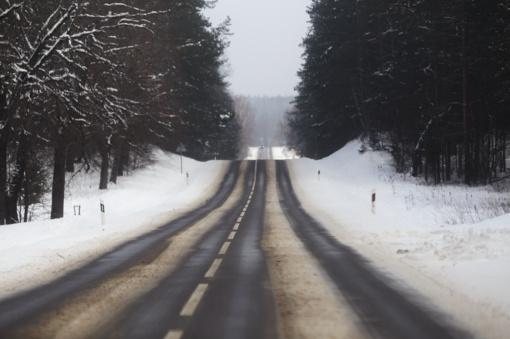 Vairuotojams patariama važiuoti atsargiai - daug kur keliuose plikledis