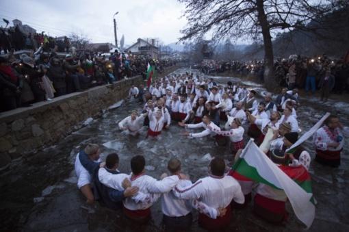 Bulgarijoje ortodoksai Kristaus krikštą minėjo maudynėmis lediniame vandenyje