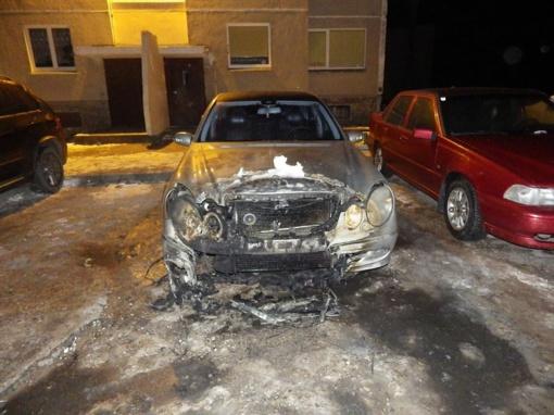 Į disponavimą kvaišalais įsipainioję mažeikiškiai susiję ir su pareigūno automobilio padegimu