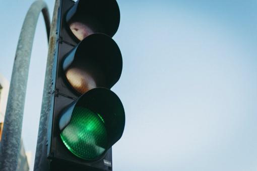 Keičiasi šviesoforų įrengimo taisyklės: degant raudonam signalui, neliks lentelės su žalia rodykle