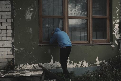 Pasvalyje – apvogta sodyba ir nukirptas kuro bako užraktas