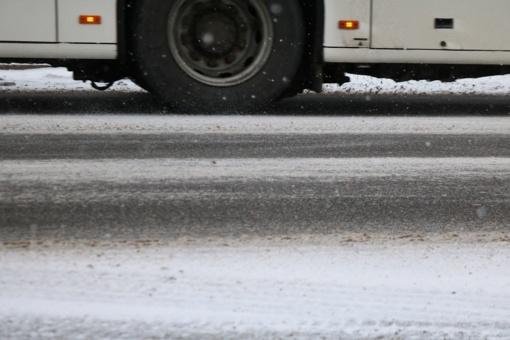 Kelininkai vėl praneša apie slidžius ruožus – šlapdriba kai kur padengė kelius šlapiu sniegu