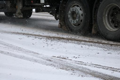 Biržų rajone apvirto krovininis automobilis