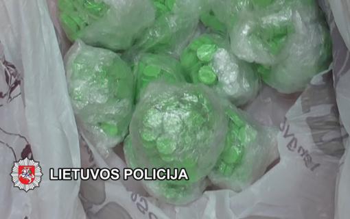 22 metų klaipėdiečio slėptuvėje kriminalistai aptiko daugiau nei 1000 psichotropinių medžiagų turinčių tablečių (vaizdo įrašas)