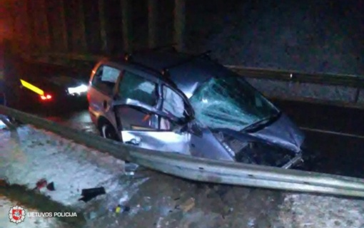Trečiadienį eismo įvykiuose sužeista 13 žmonių, partrenkta iš autobuso išlipusi ir per kelią bėgusi dešimtmetė