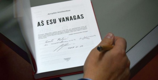 """Monografija """"Aš esu Vanagas..."""" Alytuje sutikta pilnutėlėje salėje"""