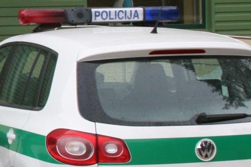 Kėdainiuose girtas vyras apgadino policijos automobilį