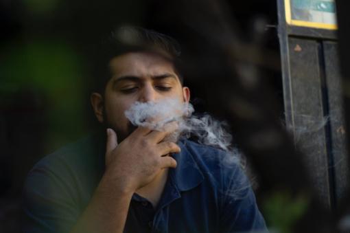Gali būti uždrausta rūkyti daugiabučių balkonuose
