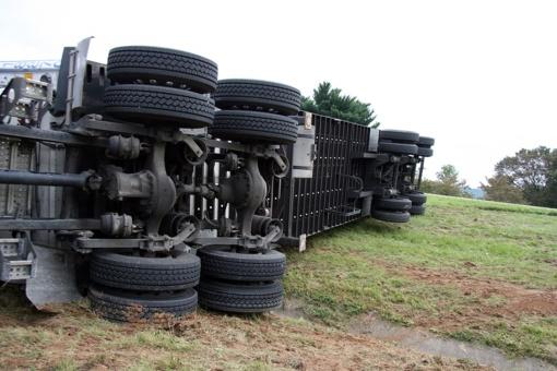 Marijampolės savivaldybėje nuo kelio nuvažiavo chemines medžiagas vežęs vilkikas