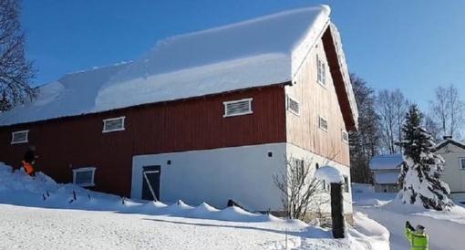 Norvegų pora su virve mėgino nuvalyti stogą, bet nenumanė kuo tai baigsis