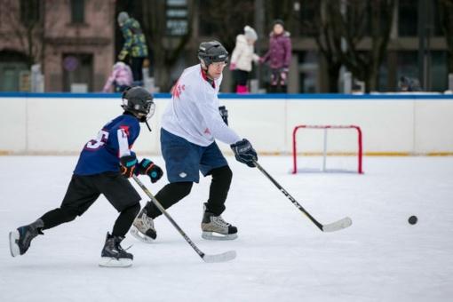 Vilniaus moksleiviai kūno kultūros mokosi čiuožykloje