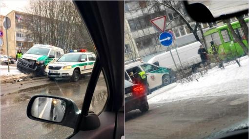 Ir vėl: sudaužytas dar vienas komisariatas ant ratų – avarija su troleibusu