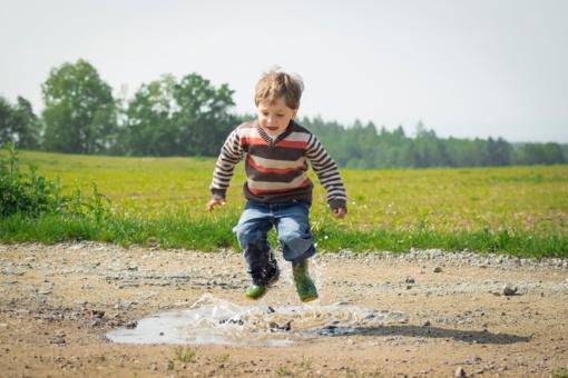 """Ugdymo specialistai: """"Nuslopinę vaiko norą dūkti atimsite jo susidomėjimą sportu"""""""