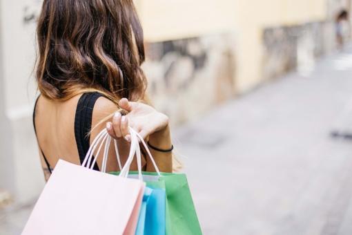 Siūlo taikyti PVM lengvatas moterų perkamoms prekėms