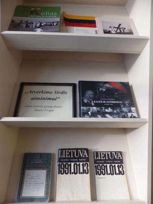 """Laisvės gynėjų dienai paminėti Druskininkų savivaldybės viešojoje bibliotekoje surengta paroda ,,Atverkime širdis atminimui"""""""