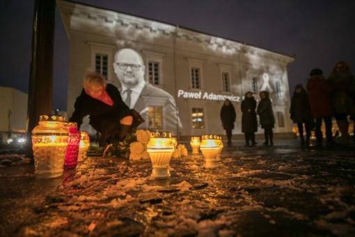 Vilnius gedi kartu su Gdansku: nuleidžiamos vėliavos, Trys Kryžiai nušvito Gdansko miesto vėliavos spalvomis
