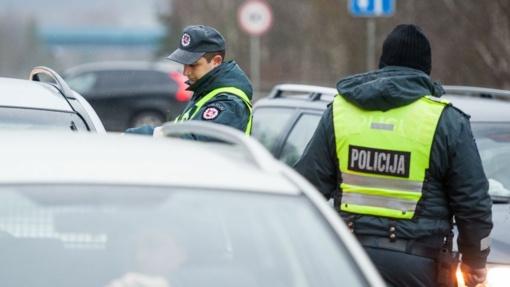 Policijos pareigūnai pagelbėjo pasibaigus degalams greitkelyje įstrigusiai vairuotojai (vaizdo įrašas)