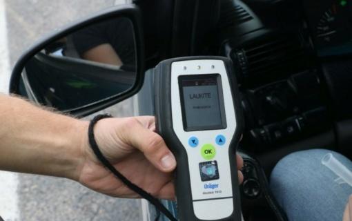 Anykščių rajone neblaivi ir teisių neturinti vairuotoja atsitrenkė į namą