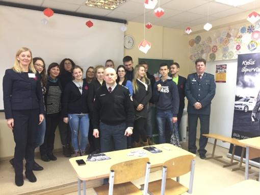 """Policijos pareigūnai susitiko su Druskininkų """"Ryto"""" gimnazijos mokiniais"""