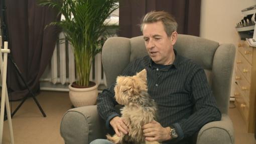 Aktorius Arūnas Sakalauskas savo širdies draugei šunelį padovanojo scenoje