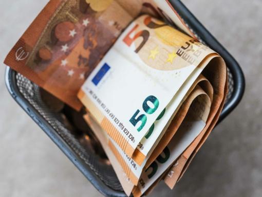 Kelmėje nepažįstama moteris iš vyro pavogė 7000 eurų