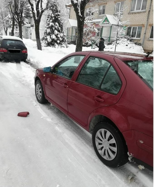 Ieškomas automobilį apgadinęs ir pasišalinęs asmuo