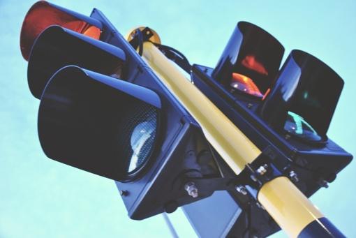 Į elektriniu triračiu važiavusį senjorą rėžėsi motociklas