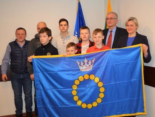 Į Izraelį išlydimiems jauniesiems sportininkams – Palangos miesto vėliava