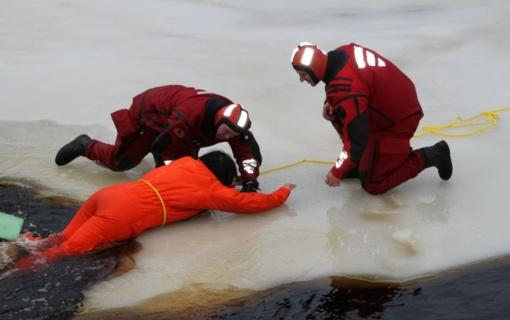 Erio ežere atskilus ledo lyčiai teko gelbėti dešimtis žvejų