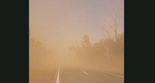 Australijoje vyras užstrigo smėlio audroje ir nufilmavo ją iš arti (vaizdo įrašas)