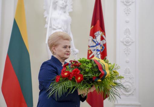 Prezidentės gėlės - signatarų atminimui pagerbti