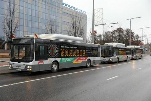Vilniaus gatvėse – partizanų nuotraukomis ir citatomis papuošti autobusai
