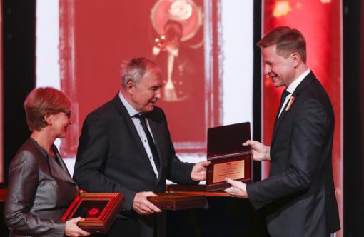 Rotušėje Viktorui ir Danguolei Butkams įteiktos Vilniaus garbės piliečių regalijos