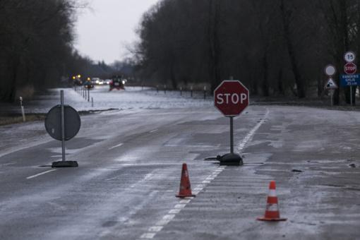 Smarkiai pakilus vandens lygiui Šilutės-Rusnės kelio apsemtame ruože per jį nustotos kelti transporto priemonės