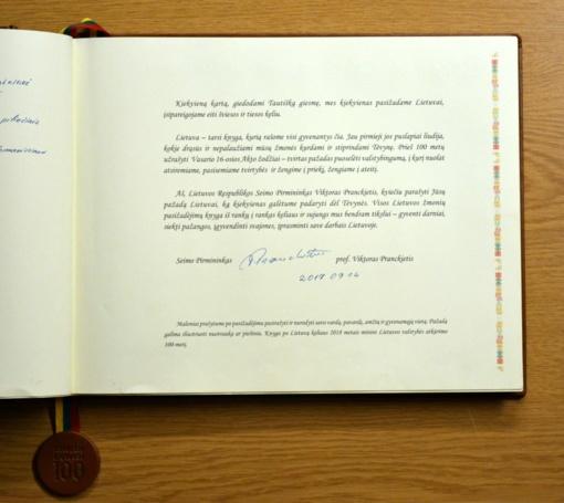 """Per visą šalį keliaujanti Lietuvos valstybės atkūrimo šimtmečiui skirta knyga """"Pasižadėjimas Lietuvai"""" – Biržuose"""