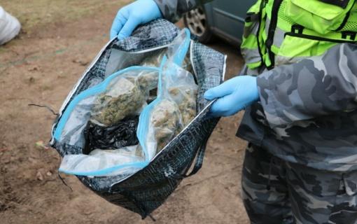 Kaune sulaikyti, įtariama, 2,5 kilogramo kanapių turėję asmenys