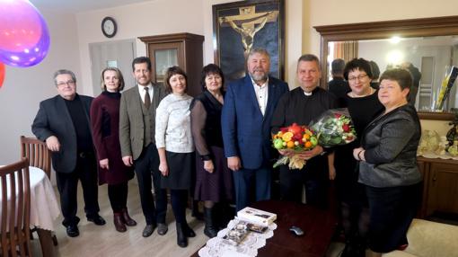 Jubiliejaus proga klebonui įteiktas albumas apie Šiaulių rajoną