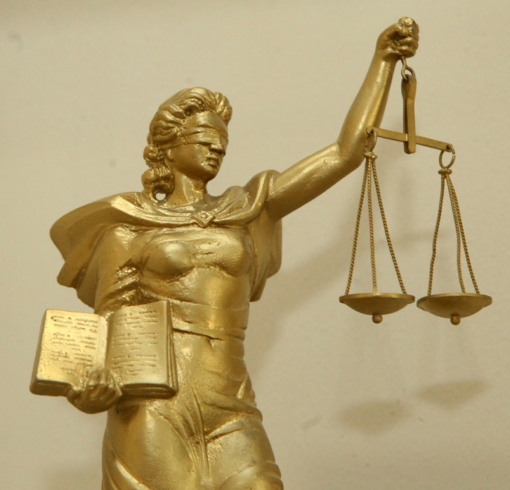 Ilgametis Aukščiausiojo Teismo teisėjas E. Laužikas atvesdintas į teismą korupcijos byloje